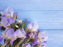 Neues Irisblütenbündel feiern Brettflorakarten-Eleganzblume auf einem blauen hölzernen Hintergrund Stockbilder