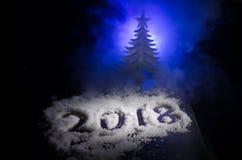 Neues 2018-jähriges des Hintergrundes mit Zahlen, Tanne, Bälle im Schnee Dunkelheitshintergrund des selektiven Fokus Lizenzfreies Stockfoto