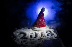 Neues 2018-jähriges des Hintergrundes mit Zahlen, Tanne, Bälle im Schnee Dunkelheitshintergrund des selektiven Fokus Stockfoto