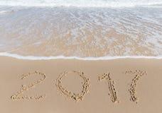 Neues 2017-jähriges Zeichen auf einem Seeküstensand Lizenzfreie Stockbilder