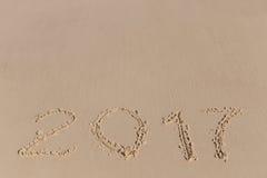 Neues 2017-jähriges Zeichen auf einem Seeküstensand Stockfoto