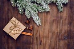 Neues Jahr auf Draufsicht des hölzernen Hintergrundes Stockbilder