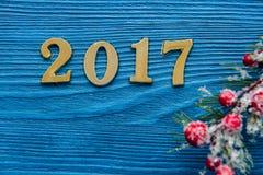 Neues Jahr auf Draufsicht des hölzernen Hintergrundes Lizenzfreies Stockfoto