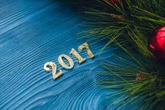 Neues Jahr auf Draufsicht des hölzernen Hintergrundes Lizenzfreies Stockbild