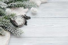 Neues Jahr auf hölzernem Hintergrund mit Draufsicht der Uhr Stockbilder