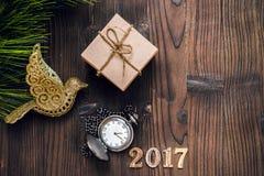 Neues Jahr auf hölzernem Hintergrund mit Draufsicht der Uhr Stockfoto