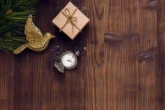 Neues Jahr auf hölzernem Hintergrund mit Draufsicht der Uhr Stockbild