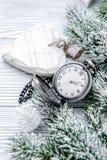 Neues Jahr auf hölzernem Hintergrund mit Uhrabschluß oben Stockfoto