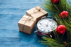 Neues Jahr auf hölzernem Hintergrund mit Uhrabschluß oben Lizenzfreies Stockbild