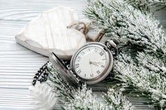 Neues Jahr auf hölzernem Hintergrund mit Uhrabschluß oben Stockfotografie