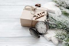 Neues Jahr auf hölzernem Hintergrund mit Uhrabschluß oben Stockfotos