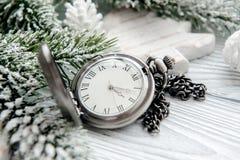 Neues Jahr auf hölzernem Hintergrund mit Uhrabschluß oben Lizenzfreie Stockbilder