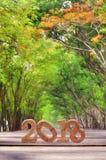 Neues Jahr 2018 auf hölzerner Planke mit Baumtunnel Lizenzfreies Stockbild