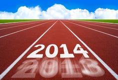 Neues Jahr 2014 auf Laufbahnkonzept mit blauem Himmel. Lizenzfreie Stockfotos