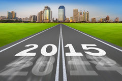 Neues Jahr 2015 auf Laufbahnkonzept mit moderner Stadt Lizenzfreies Stockbild