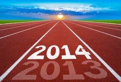 Neues Jahr 2014 auf Laufbahnkonzept mit Sonne u. blauem Himmel. Stockfotografie