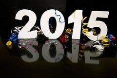 Neues Jahr 2015 auf Schwarzem mit Konfettis und Champagner Lizenzfreie Stockfotos