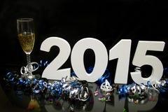 Neues Jahr 2015 auf Schwarzem mit Konfettis und Champagner Stockfoto