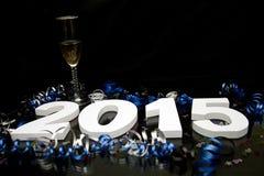 Neues Jahr 2015 auf Schwarzem mit Konfettis und Champagner Stockbild