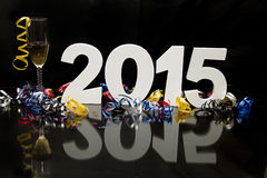 Neues Jahr 2015 auf Schwarzem mit Konfettis und Champagner Stockfotografie