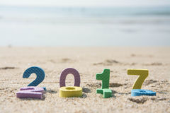 Neues Jahr 2017, bunter Text auf dem Strandsand Lizenzfreies Stockfoto