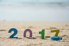 Neues Jahr 2017, bunter Text auf dem Strandsand Lizenzfreies Stockbild
