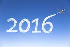 Neues Jahr 2016, das mit dem Flugzeug im Himmel zeichnet Lizenzfreies Stockfoto