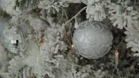 2019 Neues Jahr 2019 Der Dekor des neuen Jahres, bunte Girlanden, Weihnachtssocken Weihnachtsbaum auf dem Weihnachtsbaum stock video
