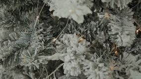 2019 Neues Jahr 2019 Der Dekor des neuen Jahres, bunte Girlanden, Weihnachtssocken Weihnachtsbaum auf dem Weihnachtsbaum stock footage