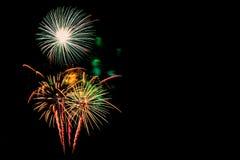 neues Jahr 2017 der Feuerwerke - schönes buntes Feuerwerk lokalisiert Lizenzfreie Stockfotos