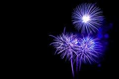neues Jahr 2017 der Feuerwerke - schönes buntes Feuerwerk lokalisiert Lizenzfreies Stockbild