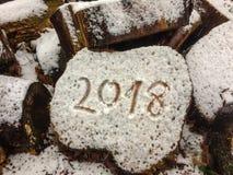 Neues Jahr 2018 in der Handschrift auf dem Holz, zentriert Stockfoto