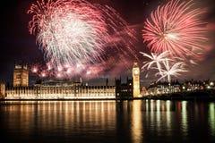 Neues Jahr in der Stadt - Big Ben mit Feuerwerken Lizenzfreies Stockfoto