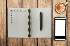 Neues Jahr-Entschließung 2017 als Notiz auf Notizbuch und Kaffeetasse Stockbild