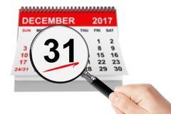 Neues Jahr Eve Concept 31. Dezember 2017 Kalender mit Vergrößerungsglas Stockbilder