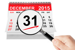 Neues Jahr Eve Concept 31. Dezember 2015 Kalender mit Vergrößerungsglas Stockbilder