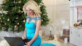 Neues Jahr Eve Girl spricht durch Internet-Videokommunikation, Skype, vayber, Weihnachtsgrüße über über Laptop, Frau stock video footage