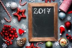 Neues Jahr 2017-Feiertags-Hintergrund mit leerer schwarzer Tafel für Lizenzfreies Stockbild