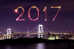 2017 neues Jahr-Feuerwerke über Tokyo-Regenbogen-Brücke nachts, Odai Stockbilder