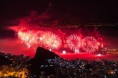 Neues Jahr-Feuerwerke in Copacabana Stockbilder