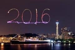2016 neues Jahr-Feuerwerke, die über Jachthafenbucht feiern Lizenzfreie Stockfotografie