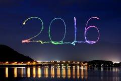 2016 neues Jahr-Feuerwerke, die über See Kawaguchiko feiern Lizenzfreie Stockfotografie