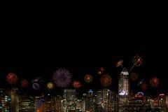 2015 neues Jahr-Feuerwerke, die über Stadt nachts feiern Lizenzfreie Stockfotografie