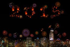 2015 neues Jahr-Feuerwerke, die über Stadt nachts feiern Stockfotografie