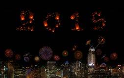 2015 neues Jahr-Feuerwerke, die über Stadt nachts feiern Stockbilder