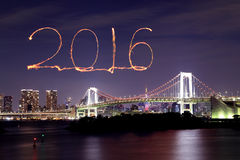 2016 neues Jahr-Feuerwerke, die über Tokyo-Regenbogen-Brücke feiern Stockbilder