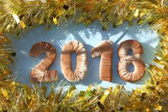 Neues Jahr 2018 gelbes Lametta blauer Hintergrund des Brettes Lizenzfreies Stockbild