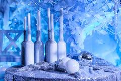Neues Jahr, Geschenkflaschen mit Kerzen und Weihnachtsbällen Lizenzfreie Stockfotografie