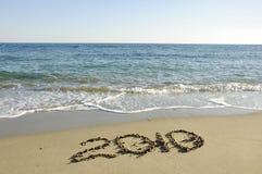 Neues Jahr geschrieben auf den verlassenen Strand. Lizenzfreie Stockfotos