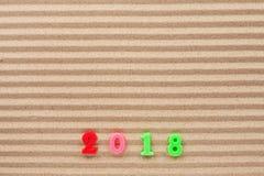 Neues Jahr 2018 geschrieben auf den Wellensand, mit Raum für Ihren Text Stockfoto